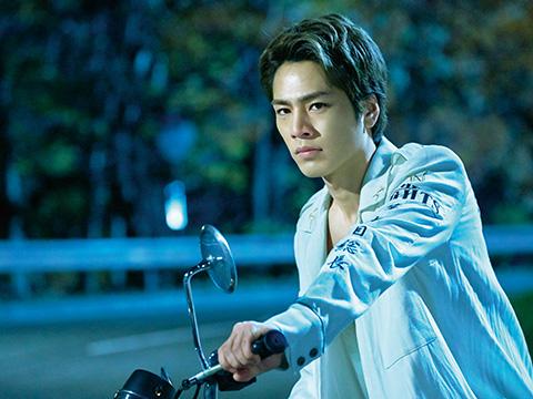 バイクに乗る登坂広臣
