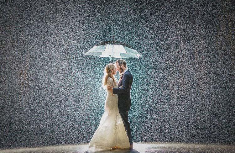 雨の中の結婚式