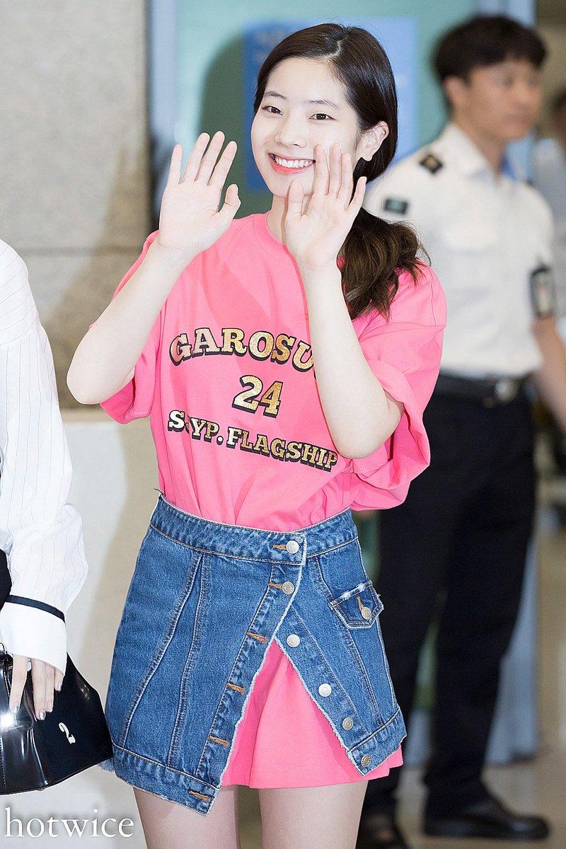 SJYPのロング丈のTシャツに、同じくSJYPのデニムの巻きスカートを腰に巻いていますね。